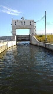 水の体に架かる橋の写真・画像素材[4918641]