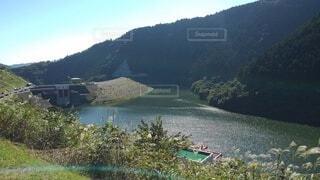 背景に山のある水の体の写真・画像素材[4924451]