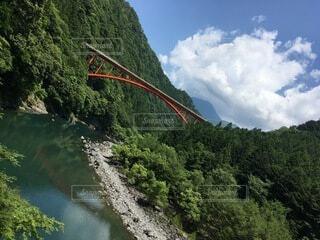 川にかかる橋の写真・画像素材[4874114]