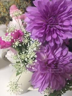 紫色の花で満たされた花瓶の写真・画像素材[4874831]