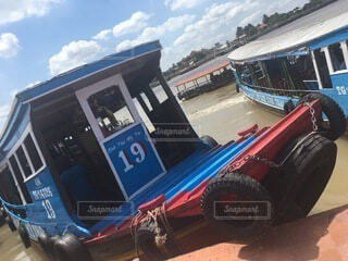 駐車場に駐車している青いトラックの写真・画像素材[4874883]
