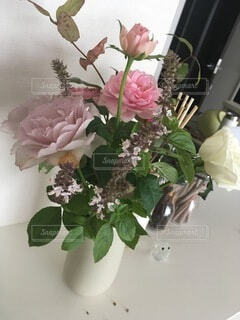 テーブルの上の花瓶に花束の写真・画像素材[4874899]