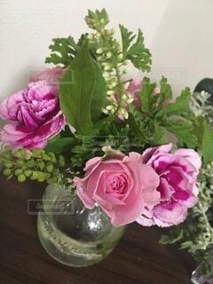 テーブルの上の花瓶に花束の写真・画像素材[4874906]