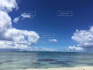 水の体の上の空の雲の写真・画像素材[4874918]