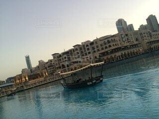 背景に都市がある大きな水域の写真・画像素材[4874947]