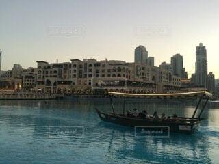 背景に都市がある水域の大きなボートの写真・画像素材[4874951]