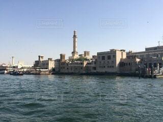 背景に都市がある大きな水域の写真・画像素材[4874952]