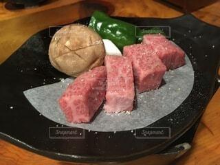食べ物の皿をテーブルの上に置くの写真・画像素材[4875963]