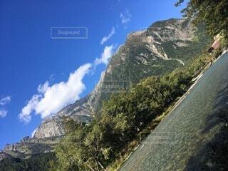 山の側に立っている男の写真・画像素材[4875973]