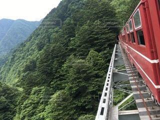 橋を渡る列車の写真・画像素材[4876009]