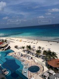 海の隣のビーチの眺めの写真・画像素材[4876030]