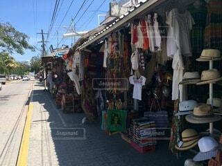 通りを歩く人々のグループの写真・画像素材[4876046]