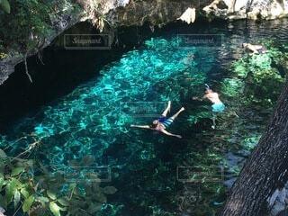 水のプールで泳ぐ人々のグループの写真・画像素材[4876047]