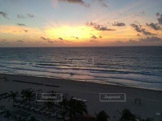 水の体に沈む夕日の写真・画像素材[4876051]