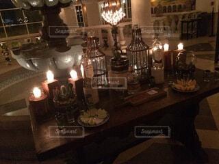 テーブルの上にワインを一杯入れますの写真・画像素材[4876050]
