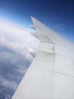 建物の上を飛んでいる飛行機の写真・画像素材[4879148]