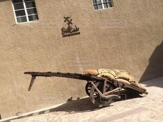 建物の前でオートバイに座っている人の写真・画像素材[4879154]