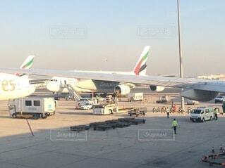 空港のターマックに停車している飛行機の写真・画像素材[4879164]