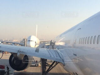 滑走路の上に座っている大型旅客機の写真・画像素材[4879158]