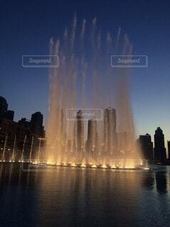 大きな水域の前に噴水があるの写真・画像素材[4879160]