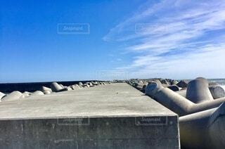 堤防を歩くの写真・画像素材[4873542]