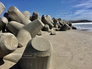 海と砂浜とテトラポットの写真・画像素材[4873548]