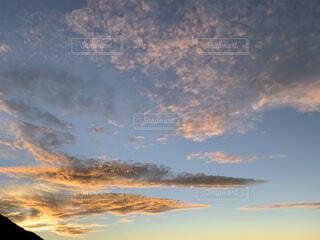 富士山のご来光で染まる雲の写真・画像素材[4873742]
