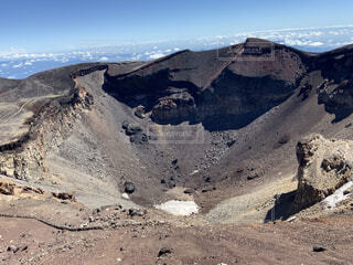富士山頂の火口の写真・画像素材[4873738]