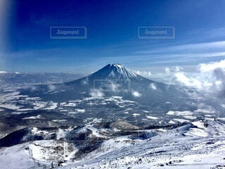 雪に覆われた山の眺めの写真・画像素材[4875760]