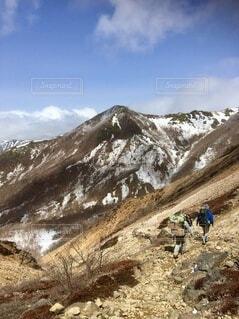 冬山で荷物を運ぶ歩荷の写真・画像素材[4875755]