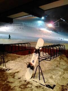スキー場に忘れられたスノーボードの写真・画像素材[4882414]