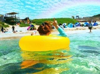 水のプールで泳ぐ人々のグループの写真・画像素材[4872962]