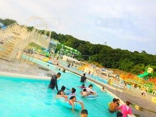 水のプールで泳ぐ人々のグループの写真・画像素材[4872964]
