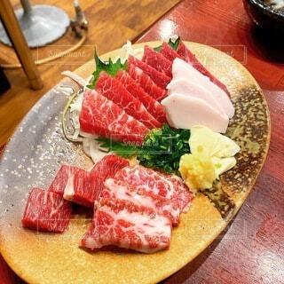 木製のテーブルの上に食べ物の皿の写真・画像素材[4873031]