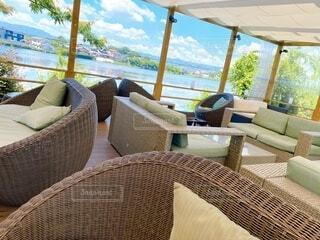 家具と大きな窓でいっぱいのリビングルームの眺めの写真・画像素材[4873059]