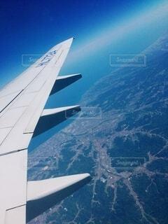空を飛んでいる飛行機の写真・画像素材[4873301]