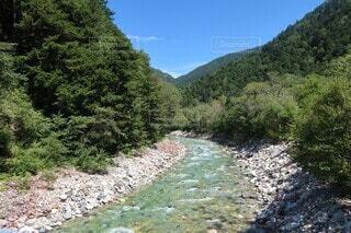 山の側に流れる川の写真・画像素材[4874391]