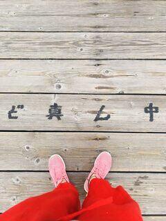 木製のベンチにある靴のグループの写真・画像素材[4898676]