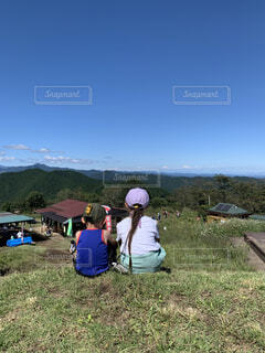 山頂から富士山を眺める姉弟の写真・画像素材[4873800]