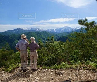 山を眺める2人の後ろ姿の写真・画像素材[4874719]