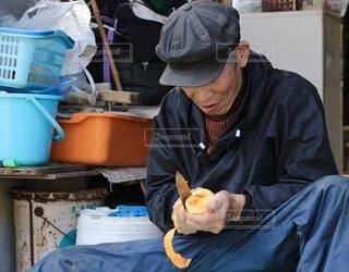 柿の皮を剥く男性の写真・画像素材[4886469]