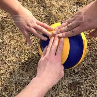 バレーボールに手を乗せているの写真・画像素材[4887269]