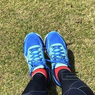 青いランニングシューズを履いた足の写真・画像素材[4887288]