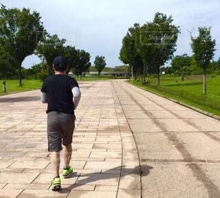 走っている男性の後ろ姿の写真・画像素材[4887326]