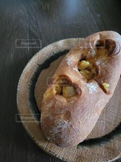 パンとお皿の写真・画像素材[4874122]