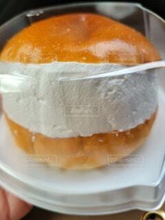 皿の上にオレンジのボウルの写真・画像素材[4874168]