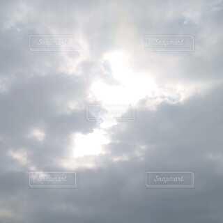 雲の切れ間の写真・画像素材[4874346]