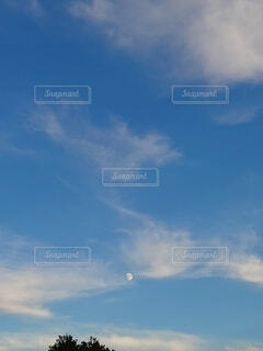 青空と月の写真・画像素材[4879781]