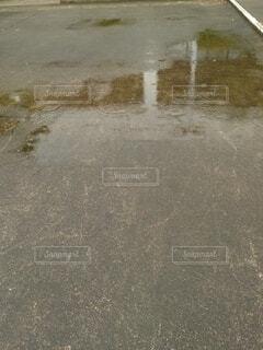 水溜りと雨の写真・画像素材[4879792]