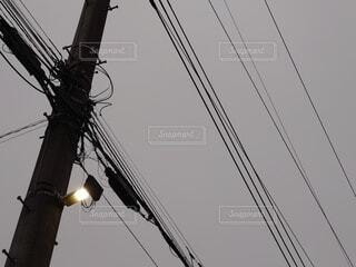 明け方の電柱の写真・画像素材[4896521]